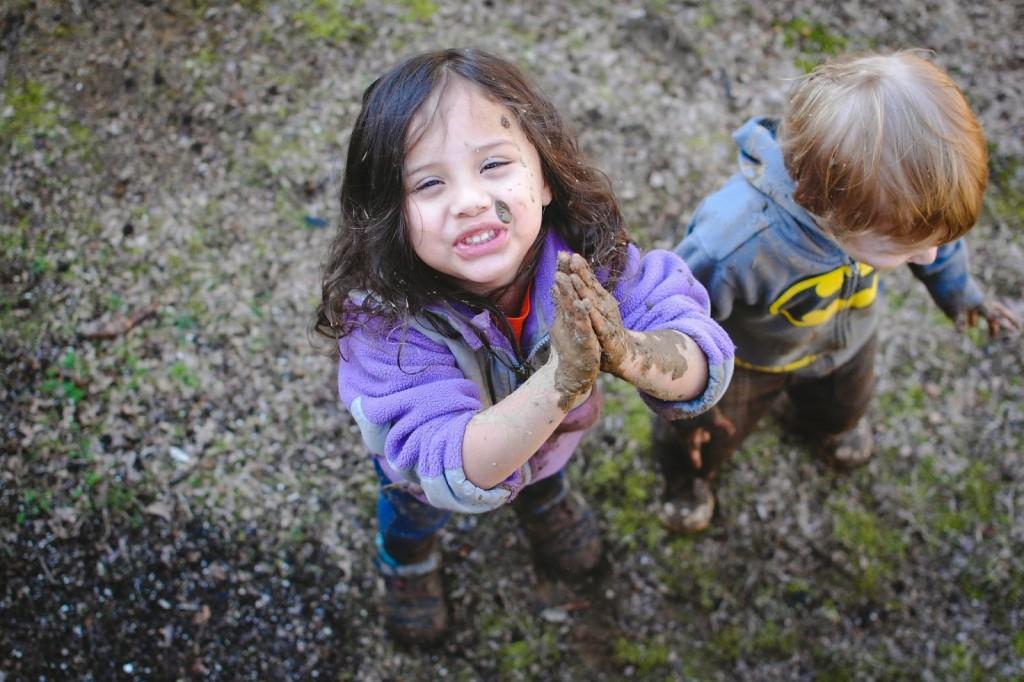 NIños-jugando-con-lodo