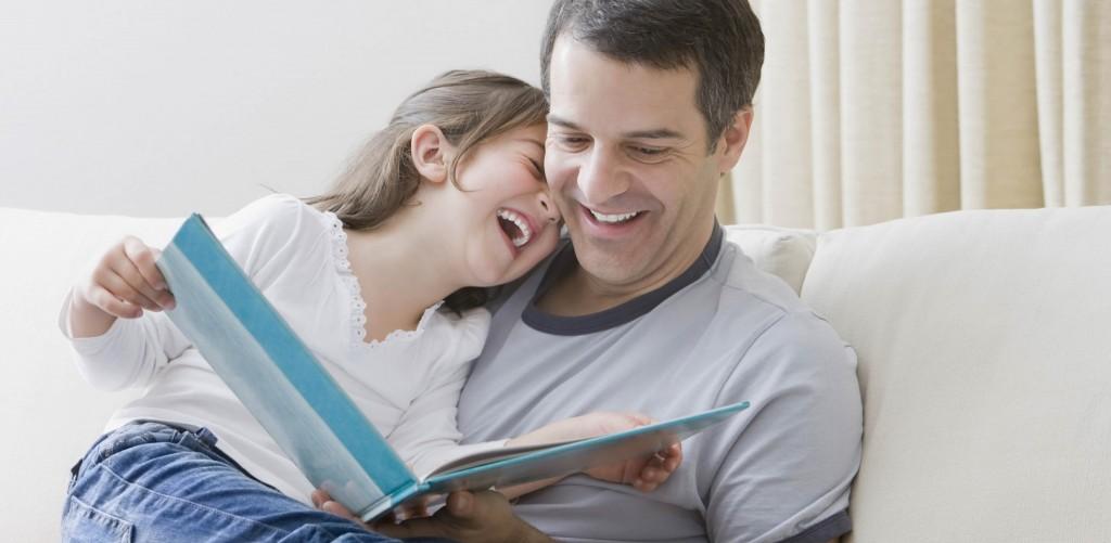 niña-y-padre-leyendo