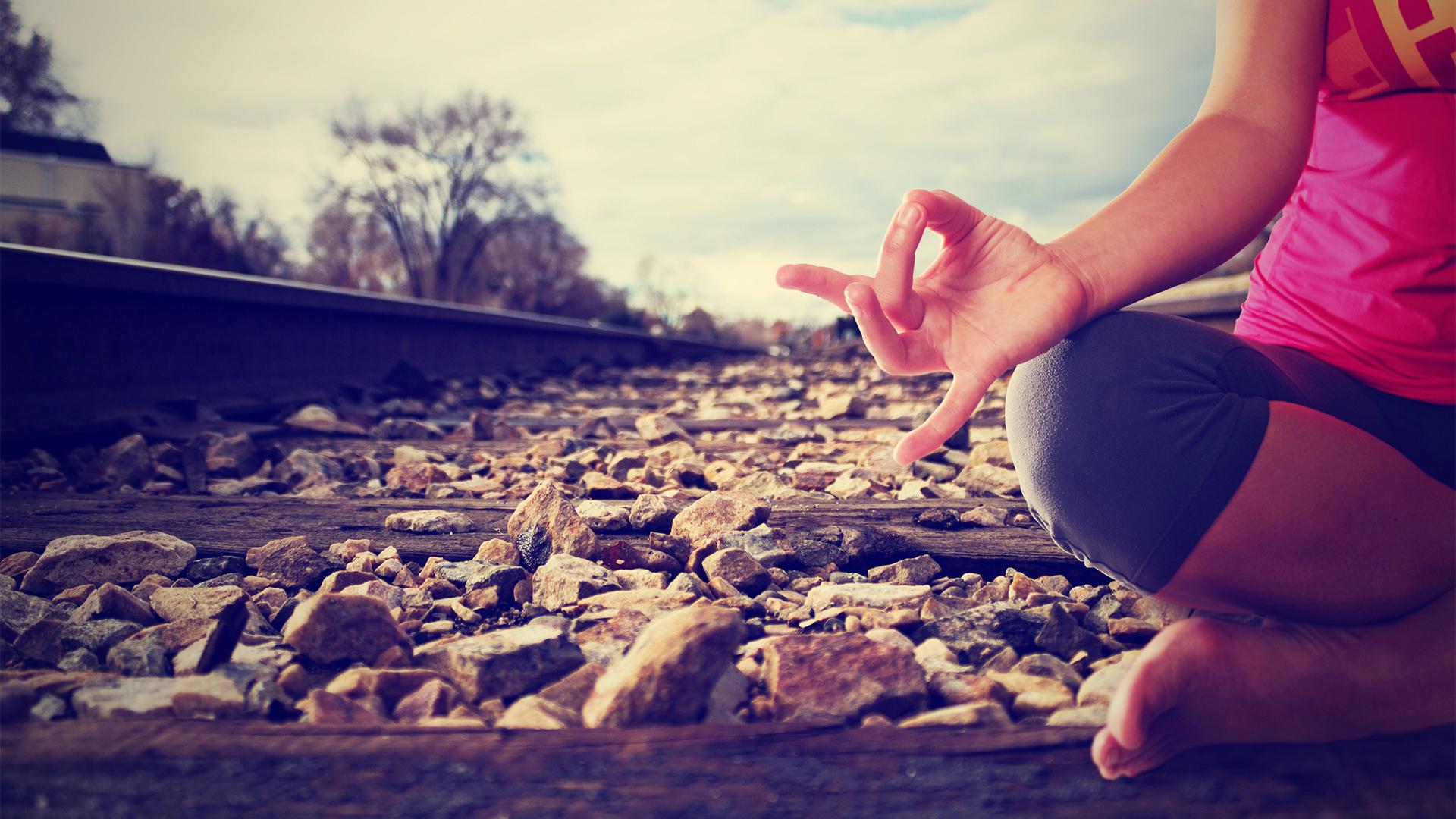 mujer-yoga-tren